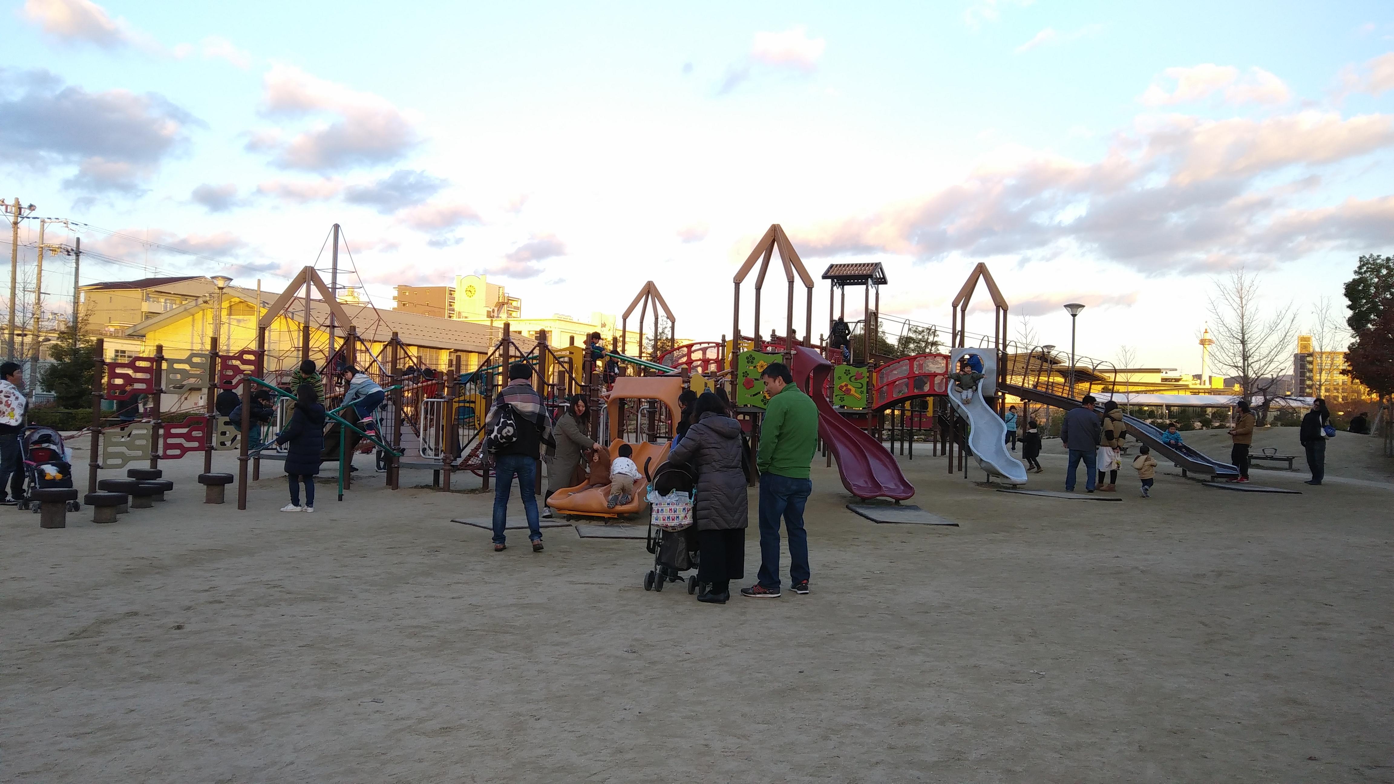 京都市梅小路公園の遊具で遊ぶ子ども